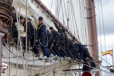 Los guardiamarinas del Elcano se preparan para la llegada a puerto.