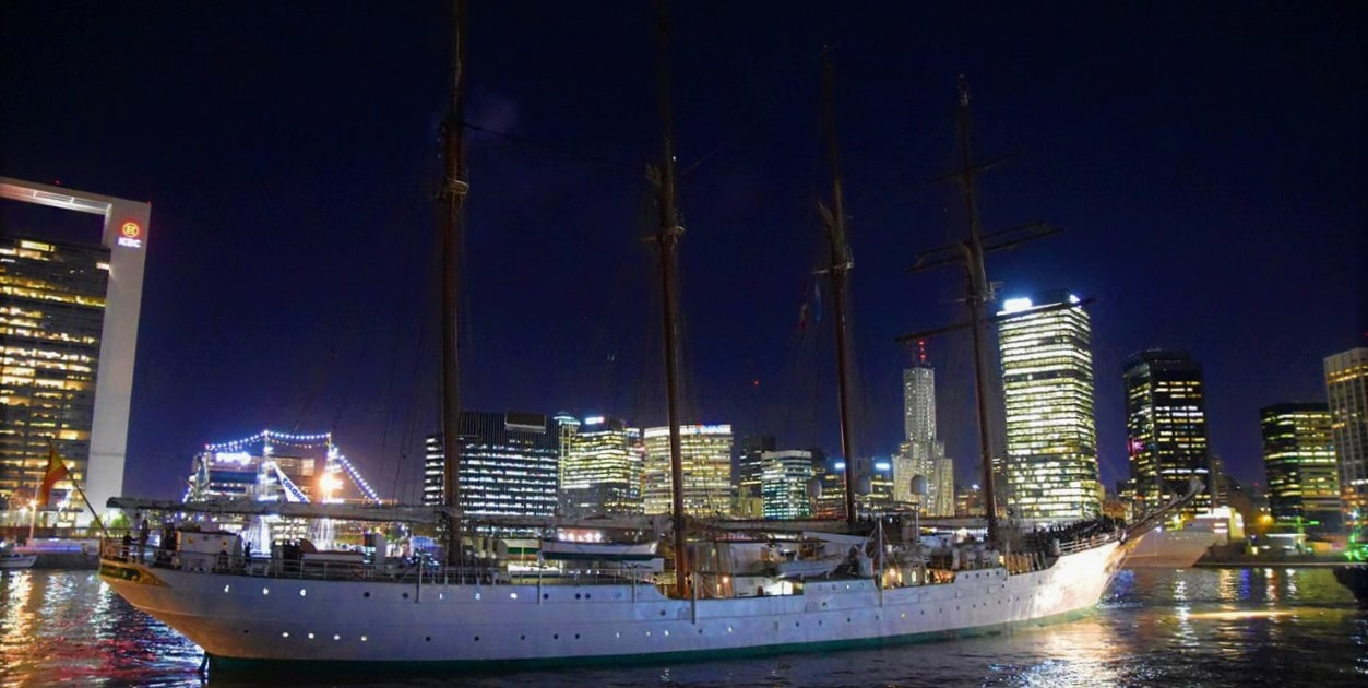El Elcano se despide de Buenos Aires y navega en demanda de Ushuaia