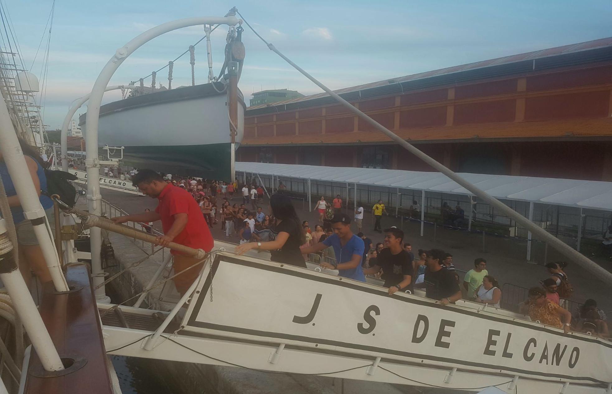 Ciudadanos brasileños subiendo al Juan Sebastián de Elcano durante las jornadas de puertas abiertas del buque escuela en Río de Janeiro.