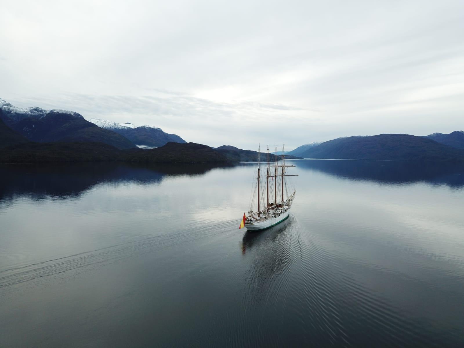 El Juan Sebastián de Elcano navegando por los canales patagónicos. Foto: Armada Española