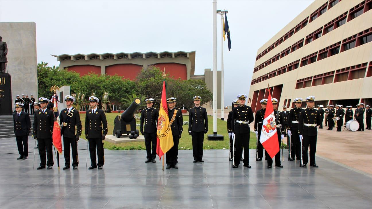 Guardiamarinas españoles junto a peruanos en El Callao. Foto: Armada Española
