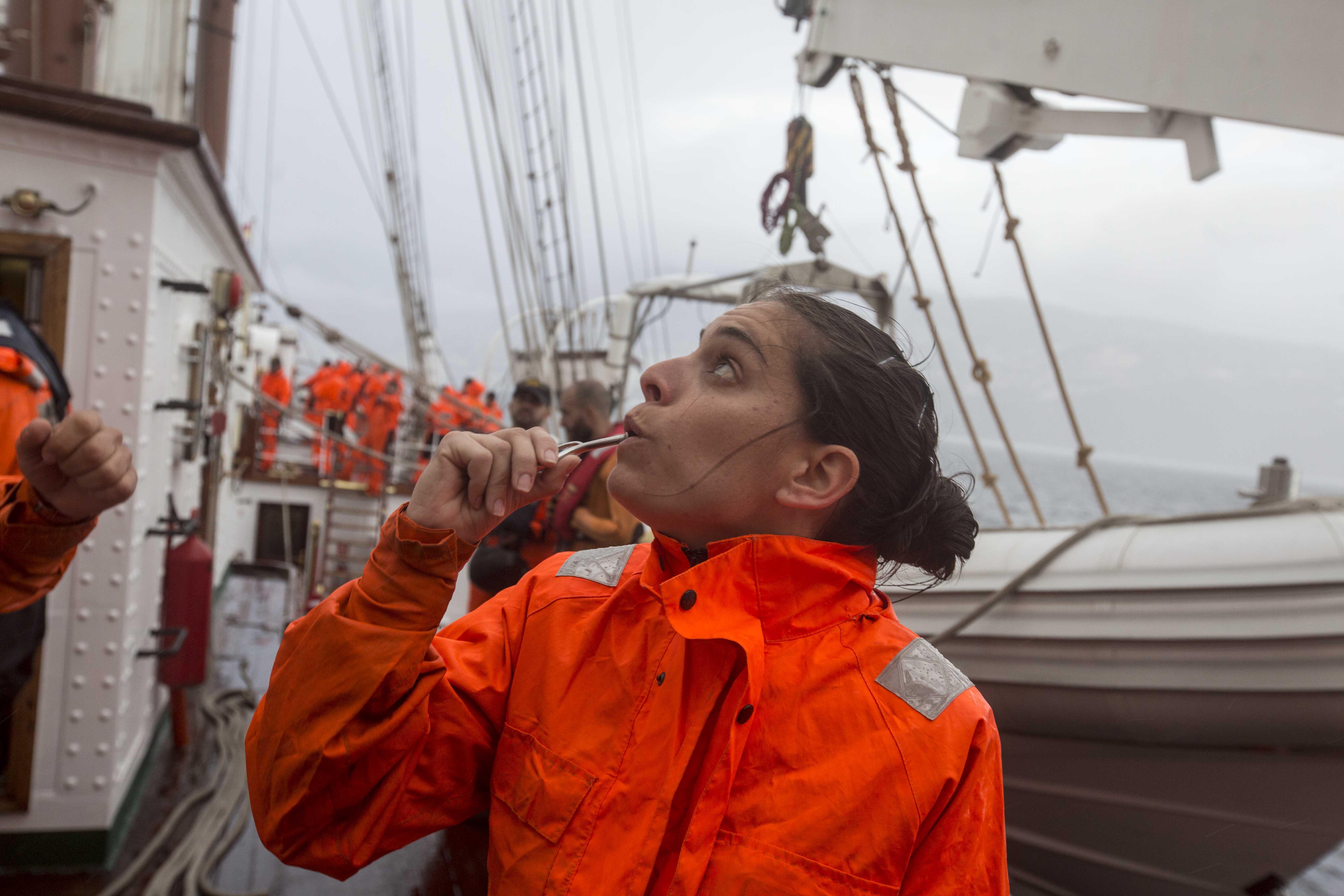 La sargento Borrueco dando órdenes con el chifle durante la maniobra general a la salida del puerto portugués de Funchal. Foto: Antonio Vázquez