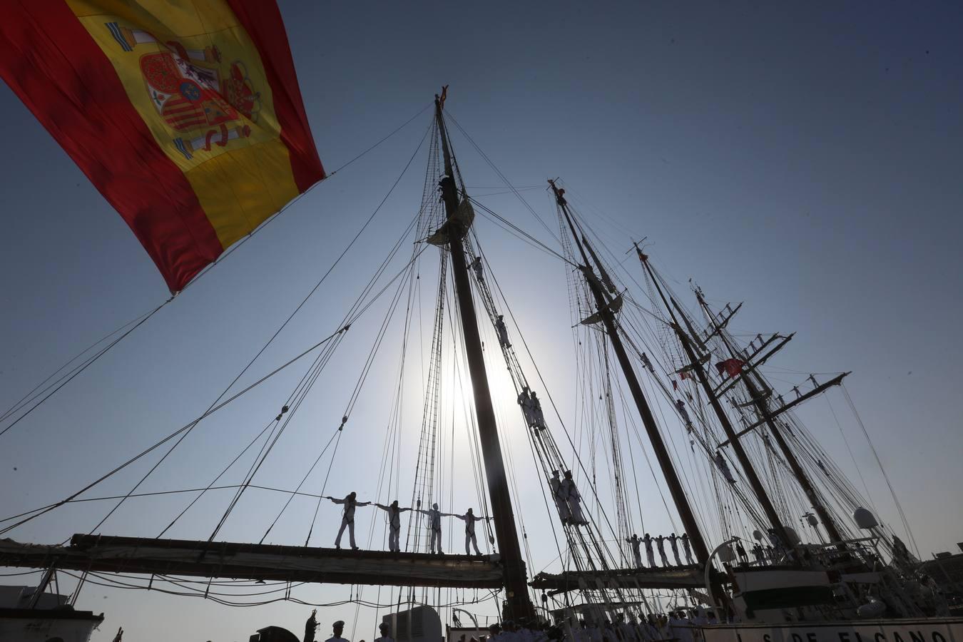 Marineros sobre los palos del Elcano a su entrada en el muelle de Cádiz. Foto: Antonio Vázquez
