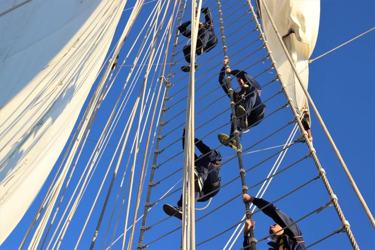 Los gavieros subiendo a los palos preparándose para la entrada a puerto. Foto: Armada Española