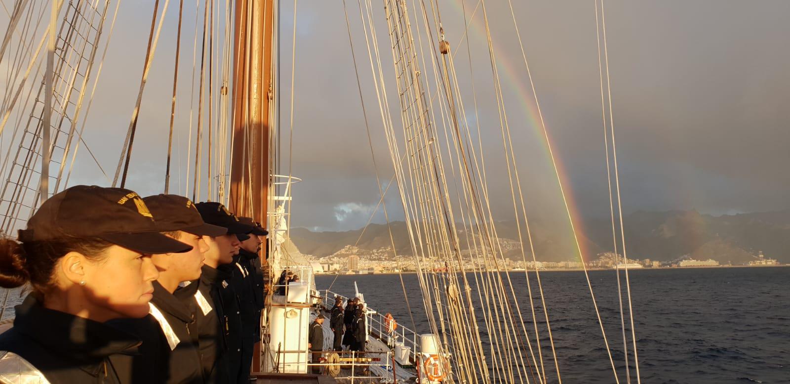 El Elcano, durante su entrada en el puerto de Santa Cruz de Tenerife. Foto: Armada Española