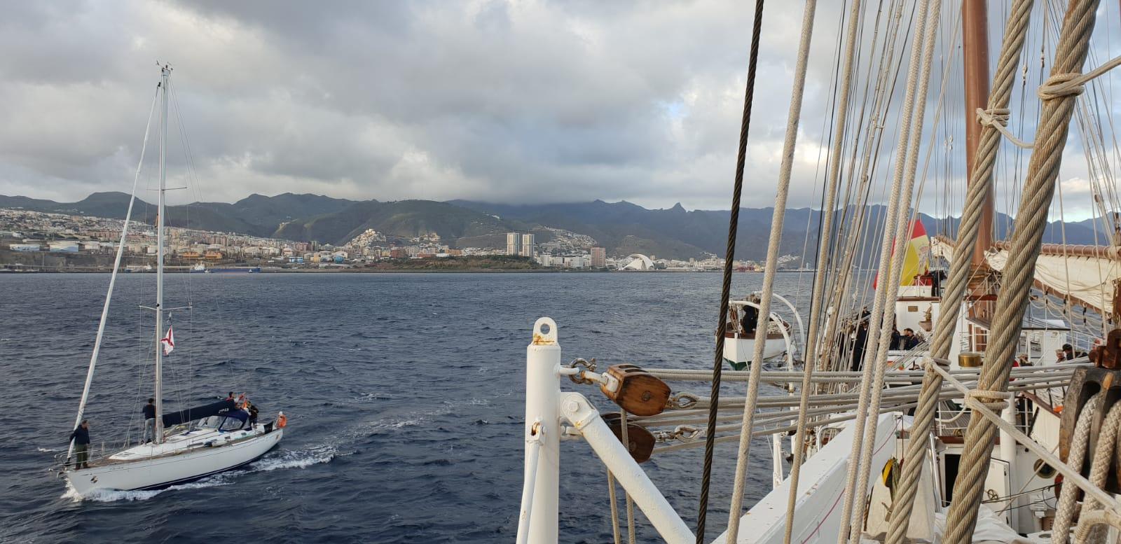 El buque Juan Sebastián de Elcano alejándose de Tenerife. Foto: Armada Española