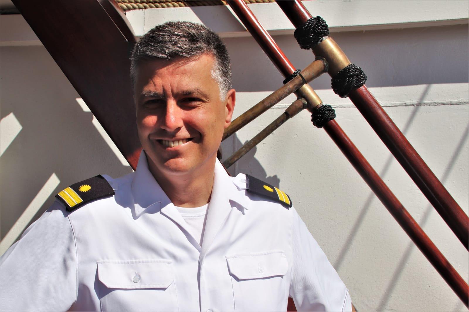 El capitán intendente y habilitado del Juan Sebastián de Elcano, Joaquín Sáez Robles, a bordo del bergantín-goleta. Foto: Armada Española.