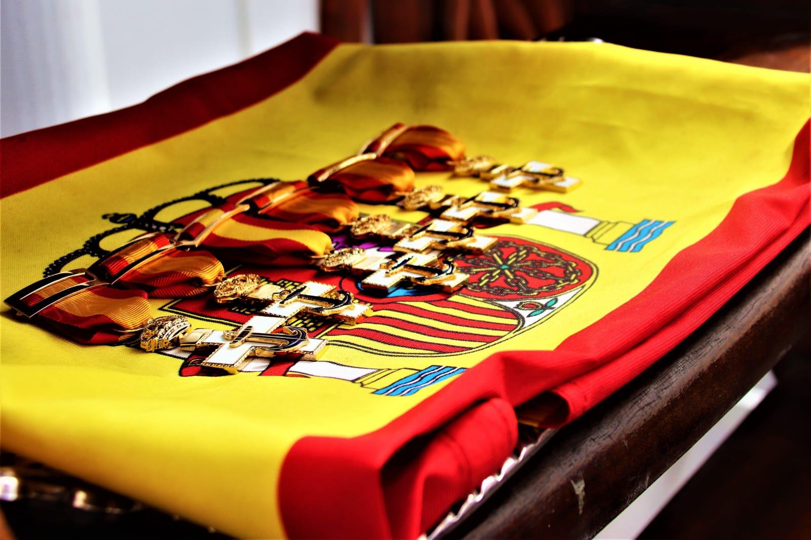 Las seis condecoraciones sobre la bandera. Foto: Armada Española