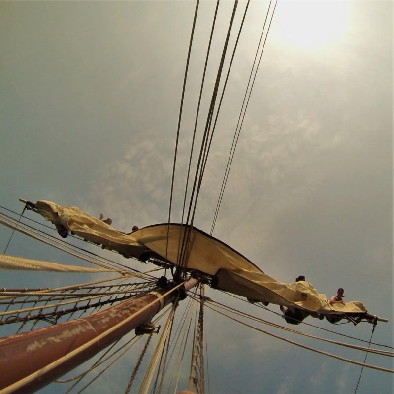 Aferrado de la cruz. Foto: Armada Española