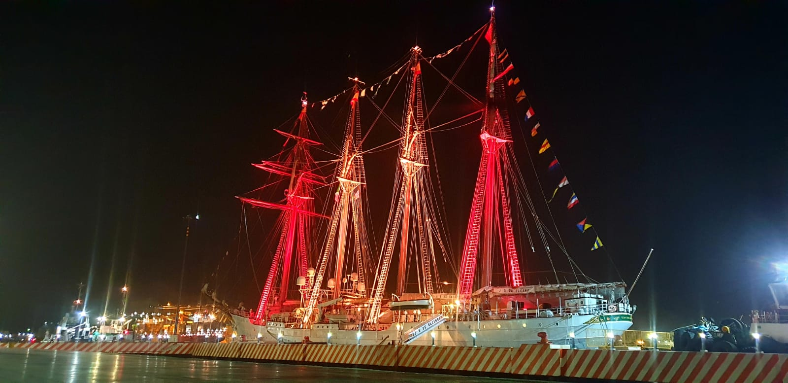 El Juan Sebastián de Elcano, iluminado con la bandera de España, en el muelle de Veracruz. Foto: Armada Española