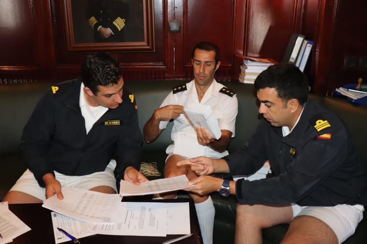 Tres oficiales del barco controlando la recepción de los votos a bordo. Foto: Armada Española