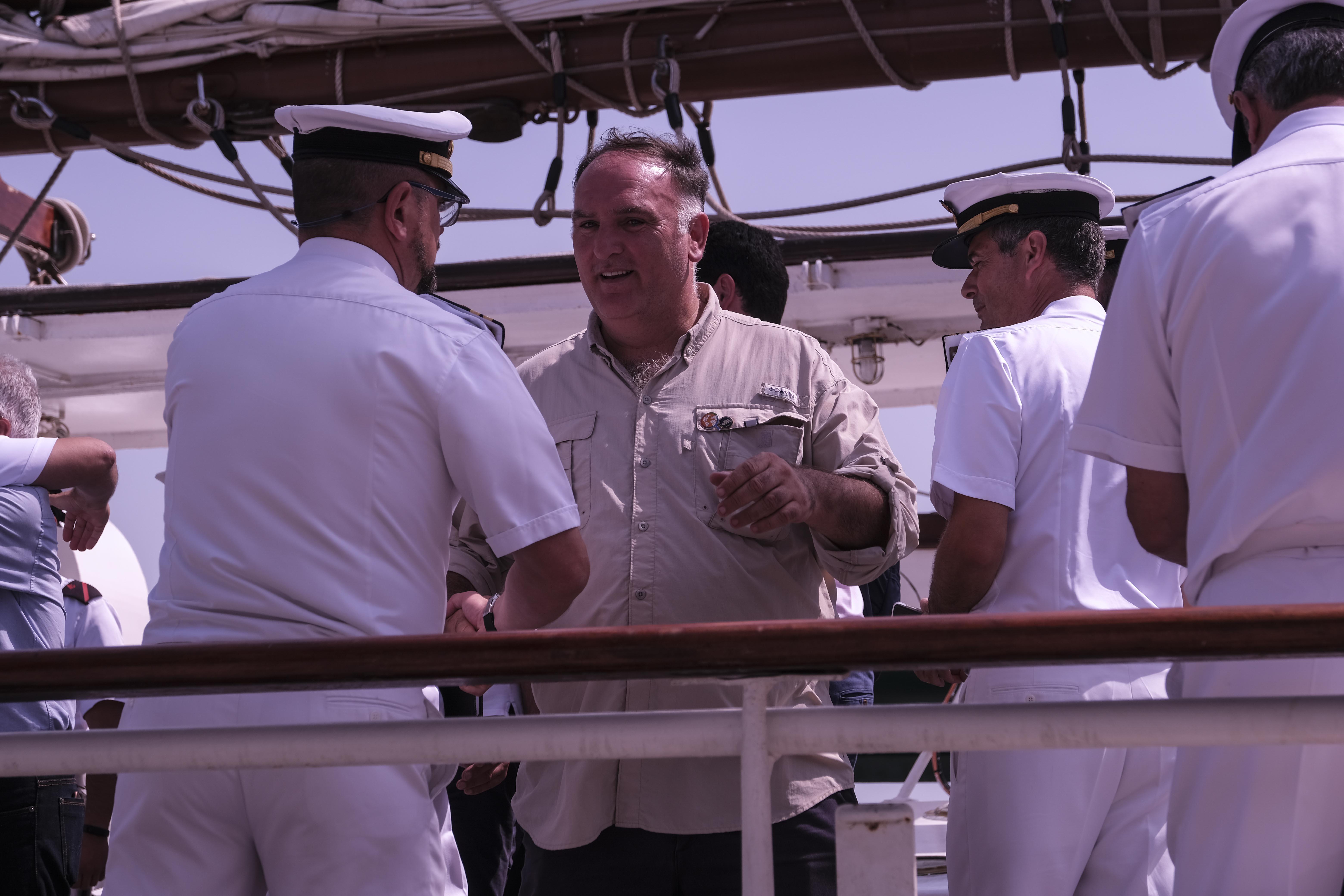 El chef José Andrés, en la llegada del Elcano a Cádiz.
