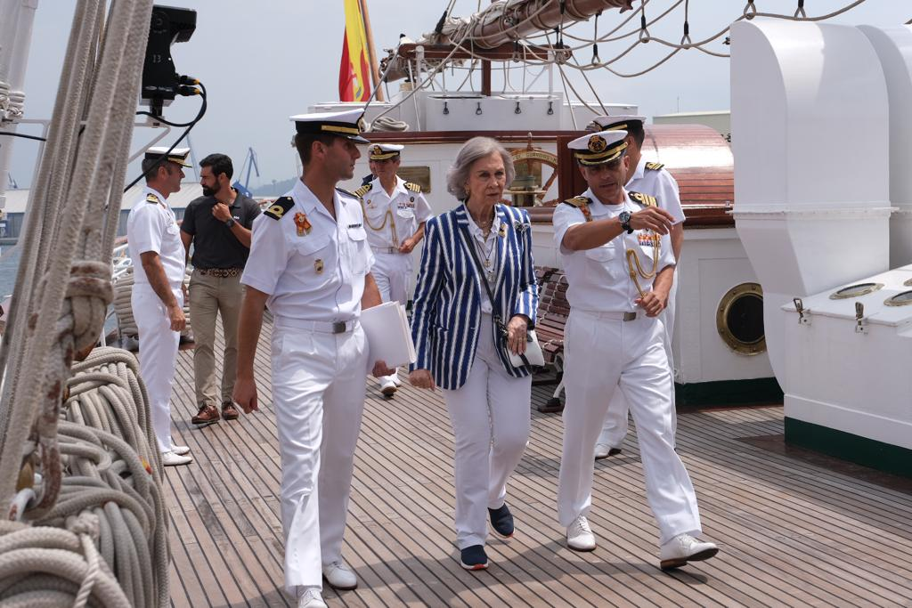 El Juan Sebastián de Elcano llega a Marín con la Reina Sofía a bordo