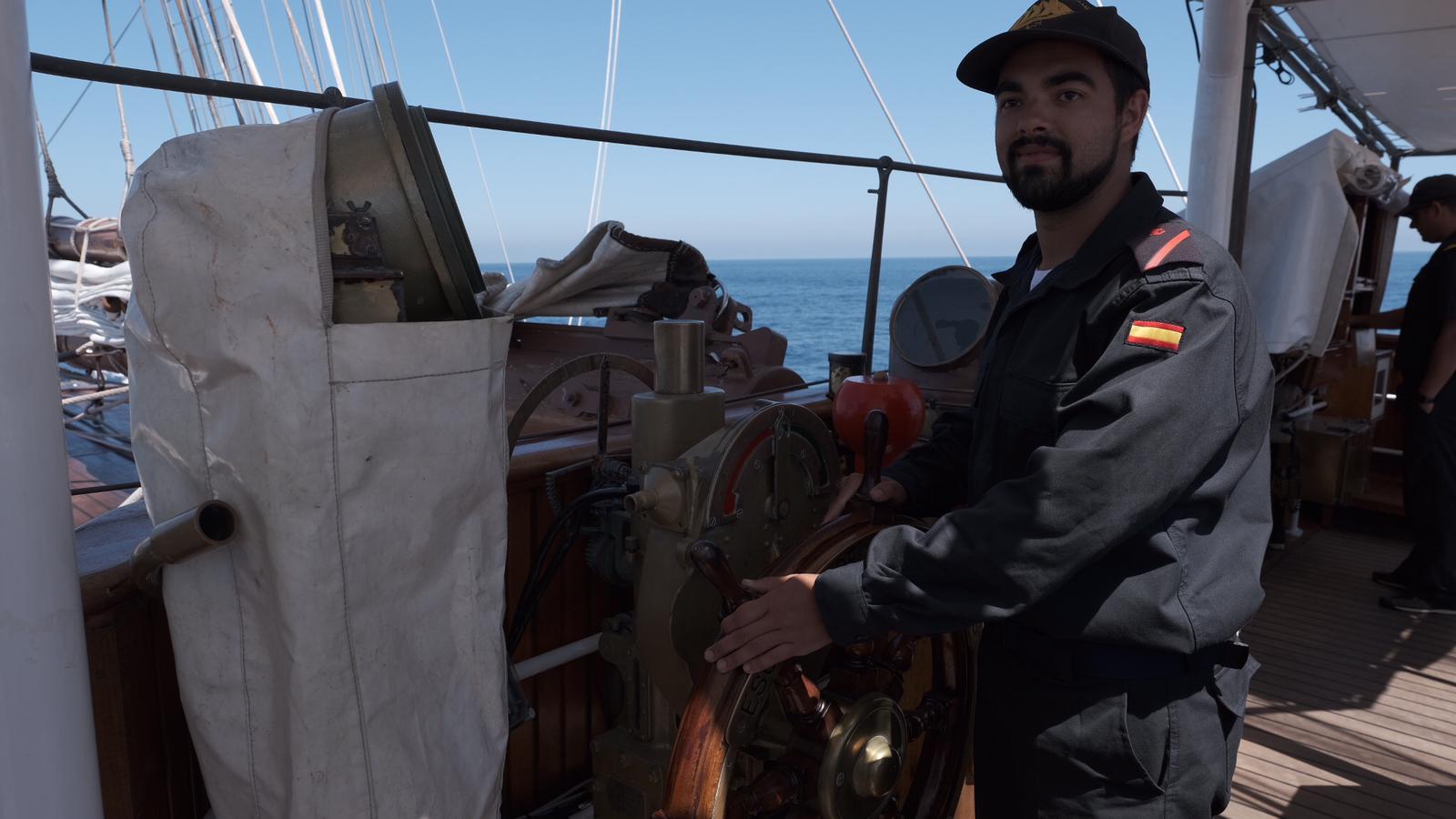 Francisco Licinio, el encargado de llevar la caña del Juan Sebastián Elcano. :: antonio vázquez